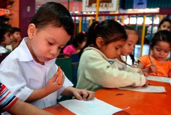El lenguaje y el método pedagógico utilizado en la institución escolar.