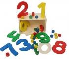 Números y elementos de madera